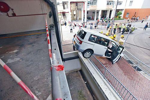 七人车撞毁铁栏由一楼直插地面,后轮搁在围栏上。来源 香港《星岛日报》