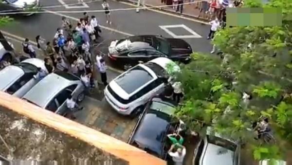 女司机开路虎猛撞捷豹 围观者中有人叫好(图)