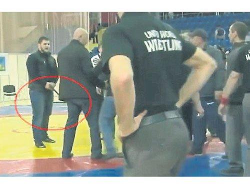 俄罗斯一名富二代青年在摔跤比赛中不甘落败,拒绝认输并攻击对手