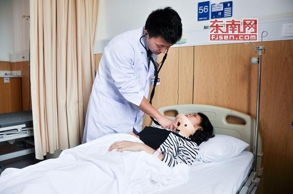 图为值班护士小丹被打后临时住院察看。