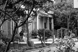 鄞州东湖花圃一别墅内,两名工人正在开工,将社区大众绿洲铺上石板