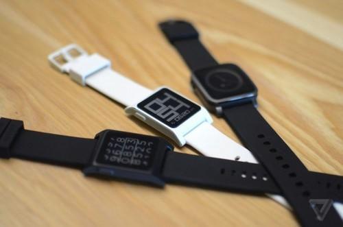 新款的Pebble 2智能手表相较初代更薄更轻。它同样采用黑白显示屏,但表面采用康宁大猩猩玻璃。另外一款Pebble Time 2,采用钢材质,相较前代产品边框明显更窄——彩色显示屏的可视区域也就扩展了50%。与Pebble 2一样,Pebble Time 2采用能够防刮的玻璃,支持30米防水,内置麦克风,也带最新的心率传感器。
