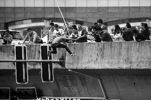女子纵身跃向高架桥