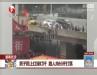 [汽车安全]男子爬红绿灯 路人持杆打落