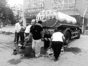 北京晨报96101现场期货配资 (记者 康佳)前日上午起,昌平霍营大街、回龙观大街局部社区自来水呈现异味,有住民反应自来水发黑、发臭。昨天,自来水公司前后采纳暂时停水审查、管道冲刷等应急办法,并供给多辆应急供水车保证住民生计用水。昌平区副区长李志杰示意,事变因为中水混入自来水招致生计用水净化,曾经报警。