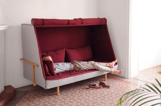 融合了睡床、沙发和小屋,西班牙Goula Figuera以《一九八四》作者乔治·奥威尔的姓氏「奥威尔」为名,创建了这款多功能的家具。平时是个开放的沙发床,但将绗缝窗帘垂放下来,就能阻隔外部的声音,将其变成一座独具私密性的舒适小屋。