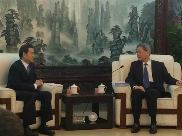 台湾工商团体秘书长联谊会由会长陈瑞隆(左)率团,24-26日赴北京参访3天。25日下午拜会大陆国台办主任张志军。