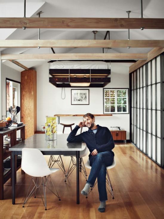 文森特·卡塞瑟(Vincent Kartheiser)是美国的知名演员,有《广告狂人》、《时间规划局》等代表作。文森特在好莱坞有一间近54平米的小小家,由设计师Funn Roberts操刀改造。设计师融入了「日本工业」风格,简单小巧的空间内一应俱全,包括衣柜、厨房、开放式淋浴空间、小小的私人庭院、还有一张不用的时候可以挂在天花板上的悬浮床。