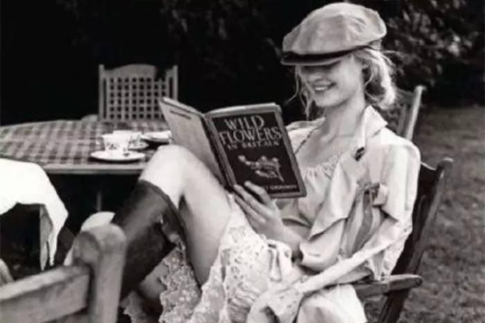 为什么如此不读书了呢? 完全是因为用于读书的时间减少之故。总之被读书以外的活动占去了不少时间,致使能够读书的时间相应减少。例如跑步每天一个半至两个小时,听音乐两个小时,看录像带两个小时,散步一小时……如此算计起来,安安静静沉下心读书的时间就所剩无几了。出于写作需要,每月倒也如醉如痴地看上几本,但与此无关的书老实说近来压根儿没看,很伤脑筋。