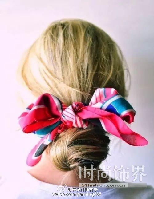 丸子头、麻花辫都可以与丝巾完美融合~其实就是把丝带当头花,看你爱怎么玩。根据丝巾的大小长短每个人都能绑出独特的花样噢~