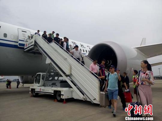 """停靠在成都双流国际机场的波音787-9""""梦想飞机""""。 胡敏 摄"""