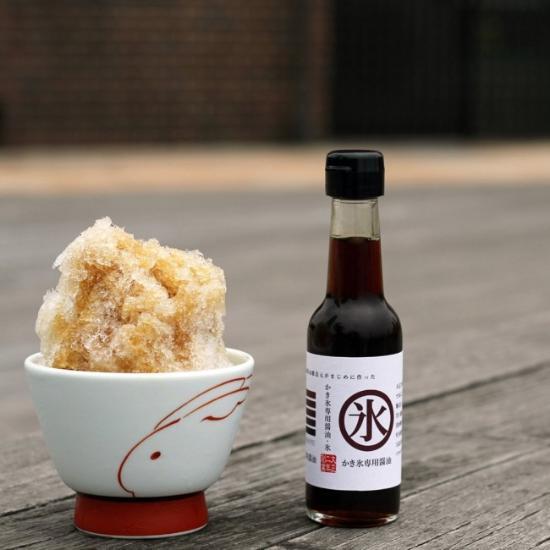"""""""五岛酱油""""是日本九州市一家老字号酱油酿造厂,始创于1793年,就在刚过去不久的七月,酿造厂与研发公司""""YK STORES""""共同推出了刨冰酱油。有着百年历史的酱油酿造工艺,加入鹿儿岛奄美的特制红糖,再加上酱油工匠的无数次品尝,才终于有了这款刨冰酱油。据吃过的人评论,刨冰酱油兼有红糖与酱油的香气、以及优雅甘甜味,上口微咸、甜味又后来居上,却又恰到好处,多吃也不腻,除刨冰外,甚至与香草味冰淇淋都很搭。"""