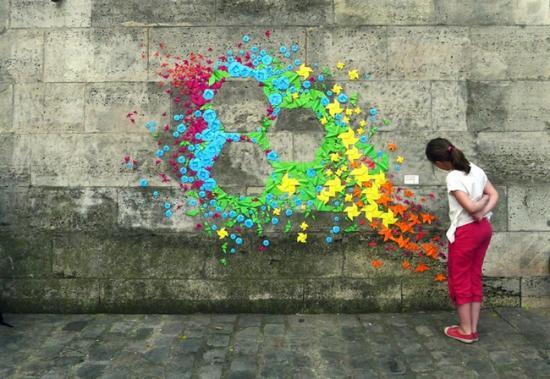 城市折纸装置(Urban origami installations)是法国艺术家Mademoiselle Maurice带来的一系列公共艺术作品 。她制作了许多颜色鲜艳、色彩艳丽的折纸,在巴黎、越南和香港,艺术家沿着城市街道将它们安装在街旁,并构成一些几何形状,如五角星、三角形和六边形等。
