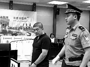 吸毒后产生幻觉,认为前妻欲加害自己,26岁的男子张宇(见图)持刀将对方杀害。昨天,张宇被控故意杀人罪在手机赌博市二中院受审。被害人的妹妹当庭为被告人求情,称虽然恨他,但念及4岁的孩子失去了母亲,不能再没有父亲,不想追究他的刑事责任。
