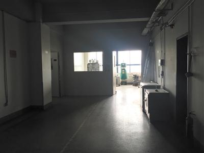 天津晶明新技术开发有限公司仓库和车间内景。
