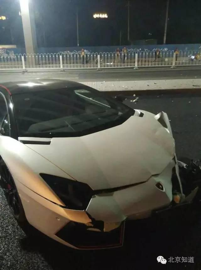 车辆车头左边损毁重大。