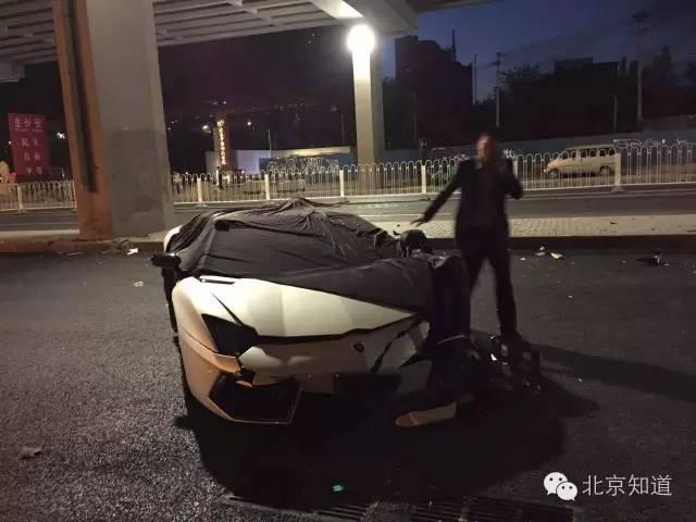一女子用彩色车罩套住了车头及车顶。