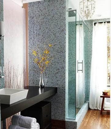 小型卫生间装修效果图:完全采用淡蓝色的马赛克墙砖将整个淋浴区