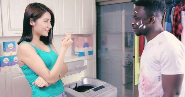 黑人大战中国女孩视频_国际要闻    在这则视频广告中,一位黑人青年走近一位中国女孩并试图