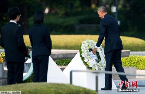 奥巴马献花