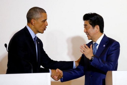 奥巴马和安倍在G7峰会上握手。
