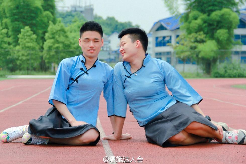 """近日,一组湖北男生扮女装拍摄的""""另类""""毕业照火爆网络,图中的男生们穿着民国样式的女生校服,让人忍俊不禁。"""