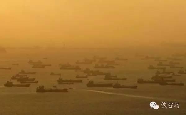 新加坡港口外密集的油轮