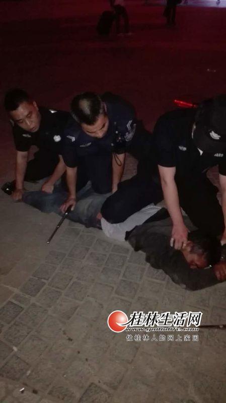 男子持剪刀在火车站伤人 咬伤并扯烂民警裤裆