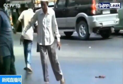 """受热浪侵袭,位于印度西部拉贾斯坦邦的小城珀洛迪、最高气温已直逼51摄氏度。天气如此酷热,多数印度人出门只能穿拖鞋。可脚凉快了、尴尬也来了。由于烈日炙烤,市区不少柏油路面逐渐融化,于是一幕幕""""要想过此路,留下鞋子来""""的戏码不断上演。画面中,一名试图穿越马路的男子,才迈出一步,右脚的鞋就被黏住。捡起来继续走,没走两步左脚又被黏住了。他只能先跳到路边,然后再手脚并用的爬到路上捡鞋。另一名白衣男子显然知道融化的马路""""厉害"""",于是干脆改成慢动作,深一脚浅一脚的仿佛走在泥潭里,可没走几步还是被马路彻底""""定住"""",干脆放弃努力,拔出鞋子光脚离去。"""