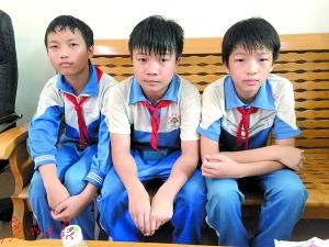 四名小学生中的三个,右一为付译。