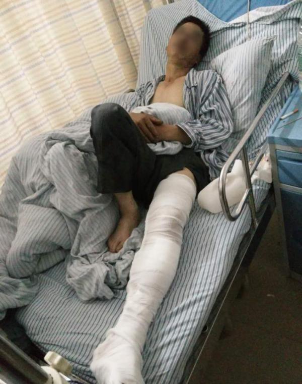 伤者躺在医院病床上<b