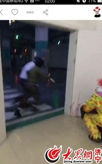 """男子扮""""小丑""""在角落里假装""""捅""""人,路过的市民尖叫着被吓跑"""