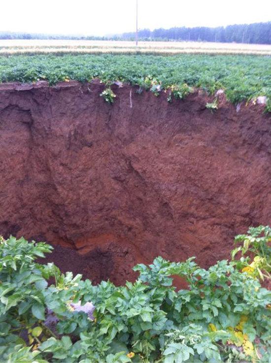 山东农田现10米塌陷坑