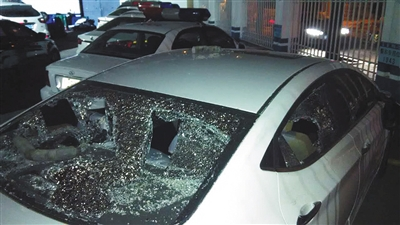 5月27日晚,现代车玻璃被砸碎。一根长约40厘米的塑料管留在后挡风玻璃上,管内满是碎石。新京报记者 朱自洁 摄