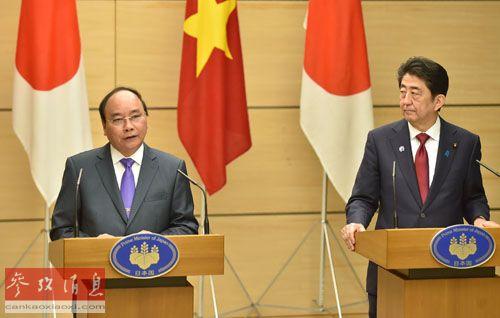 28日,安倍晋三与越南总理阮春福出席联合记者会。