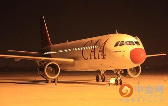 哈萨克斯坦飞来的空客a320飞机,在夜幕中降落江苏省南通市兴东机场