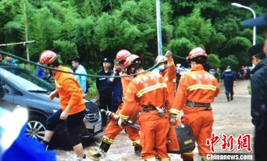 图为挖掘机在现场救援 余炫 摄