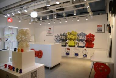 开幕式于下午四时在上海世贸商城三楼C-34室举行,本届开幕式不仅邀请了香港Hello Kitty 3D打印原创设计师,而且邀请了台湾宝岛眼镜总经理领衔的EMBA硕士班10期业界名人们前来参加。在主持人致辞并宣布开幕后,在四位创始人为1米高的Hello Kitty 3D打印模型揭幕时,伴随着现场观众的热烈掌声,瞬间点燃了全场欢乐与活力的氛围。