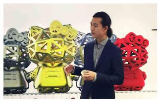 来自中国香港的Hello Kitty 3D打印原创设计师陈敬豪表示,创作Hello Kitty 3D打印产品,目的是为了让更多喜欢Hello Kitty 的粉丝可以用另一种角度去喜欢她。3D打印产品是目前世界的一种流行趋势,通过订制,我们可以运用金属、尼龙等同材料打印出不同的呈现方式。顾客可以选择材质、颜色以及产品表面的处理方式(磨砂、光滑等),并可以在产品裱框时加上需要刻制的名字或是字样。