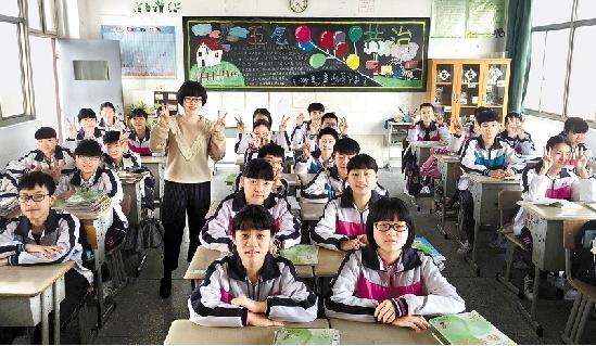闵妍与海宁市长安镇低级中学八(1)班的门生合影。自己供图