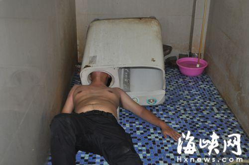 男子检修洗衣机,头却被卡住了