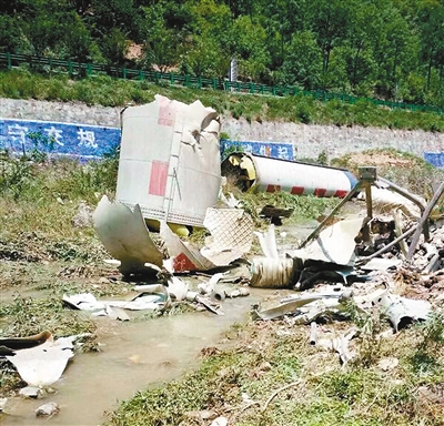 坠落的火箭残骸 首席记者 张红中 摄