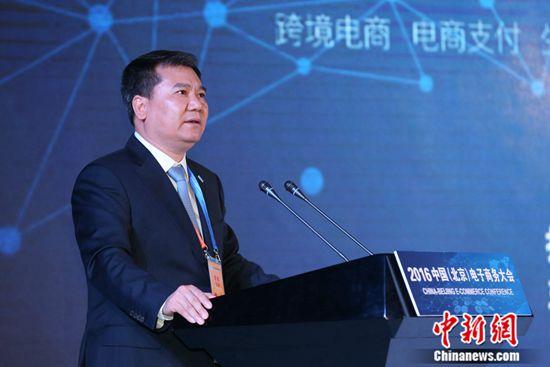 中新网5月31日电 数据显示,2015年,中国电子商务交易额已经达到20.8万亿人民币。网络零售额3.88万亿人民币,网络购物用户4.13亿,两项指标均居世界首位。