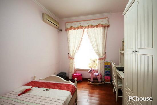 效果图3   床头柜的选择极好平衡了屋内的浓重色彩,英式田园除了碎花