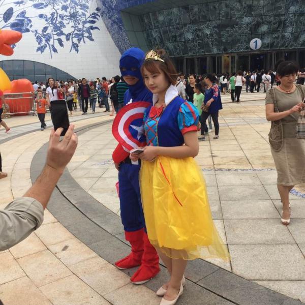 据彭博报导,在南昌万达城停业当天,扮演者打扮成美国队长和白雪公主。