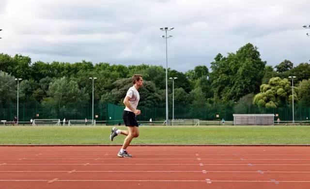 ● 在跑步时,努力把拖在后面的那条腿的足跟抬高到膝盖的水平。