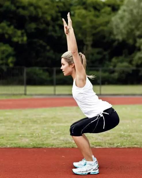 结果● 足跟抬离地面意味着小腿肌肉紧张● 膝盖的位置超过足尖意味着臀部肌肉薄弱,股四头肌过度发达 深蹲测试从站立姿势开始,膝盖分开与肩同宽,双手向上伸展举过头顶。保持手臂向上伸直,慢慢向下变成深蹲的姿势,就好像要坐在椅子上一样。● 任何一个膝盖内旋意味着髋外展肌薄弱● 下背部过度弯曲意味着髋屈肌紧张或核心肌肉薄弱