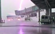 飞机被雷击中瞬间火光四射