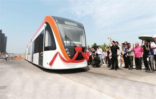 图文:华中首条有轨电车线昨试跑