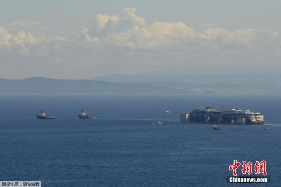 材料图:本地时刻2014年7月23日,意大利吉廖岛,触礁停顿奢华游轮康科迪亚号脱浅作业顺利,从新浮下水面,将返回热那亚停止拆解事情。